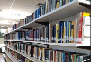 Διάδρομος με ράφια απο βιβλία